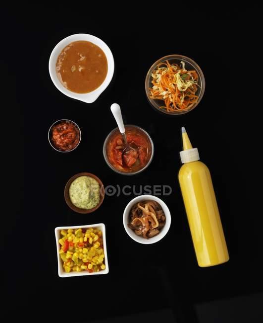 Вид сверху различных блюд на черном фоне — стоковое фото