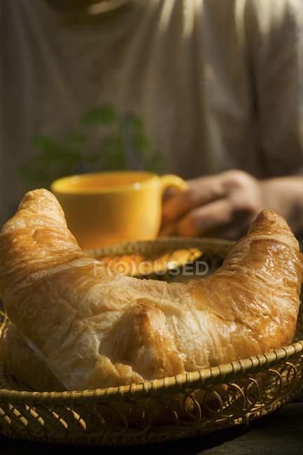 Croissant no cesto de pão — Fotografia de Stock