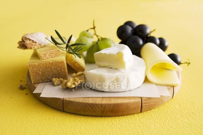 Платтеров сыр с виноградом — стоковое фото