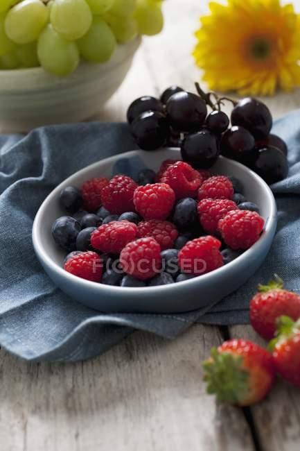 Малина и черника с виноградом — стоковое фото