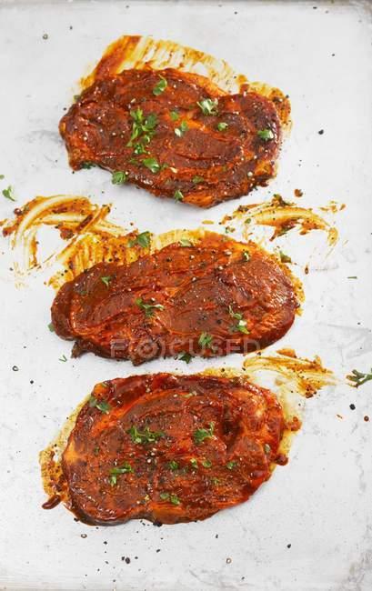 Bistecche marinate su bianco — Foto stock