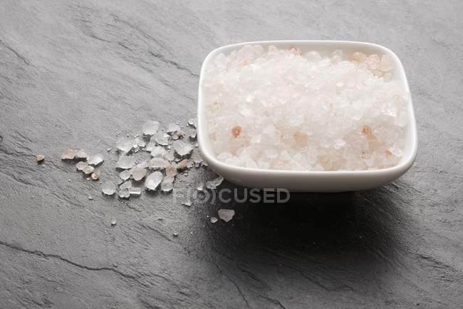 Salz bestreut auf eine Schieferoberfläche — Stockfoto