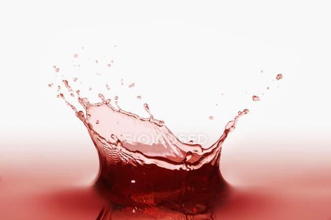 Всплеск красного сока — стоковое фото