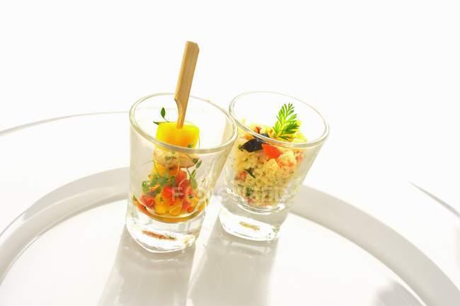 Pratos de carne e salada de cuscuz — Fotografia de Stock