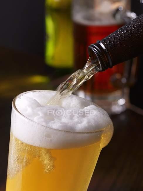 Холодное пиво заливки — стоковое фото