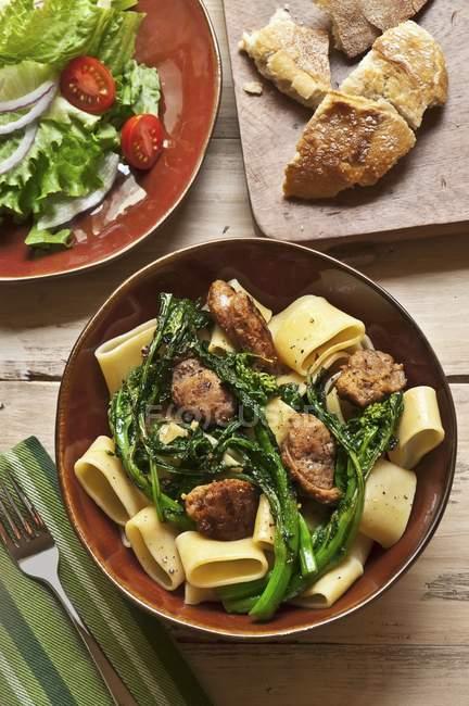 Tigela de macarrão com brócolis — Fotografia de Stock