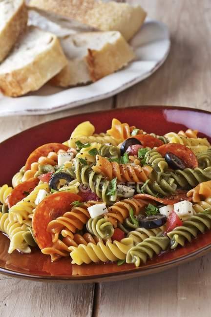 Insalata di pasta tricolore rotini — Foto stock