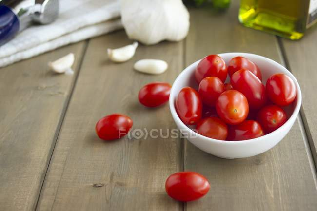 Grape Tomatoes and Garlic Cloves — Stock Photo
