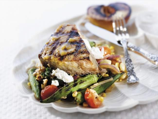 Gegrillter Schwertfisch auf Gemüsebeet — Stockfoto