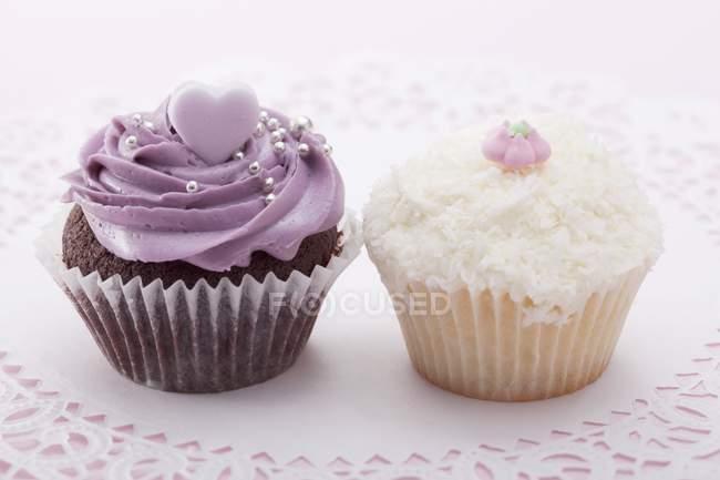 Cupcake com glacê de blackberry e coco ralado — Fotografia de Stock