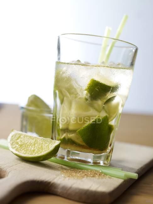 Caipirinha com limão na mesa — Fotografia de Stock