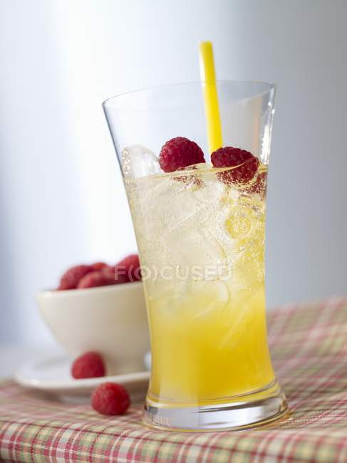 Closeup view of Absinthe Minded cocktail with raspberries and peach liqueur — Stock Photo