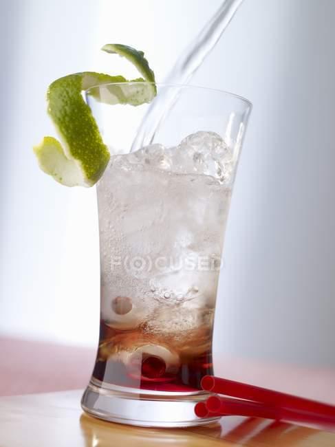 Cocktail sur surface en bois — Photo de stock