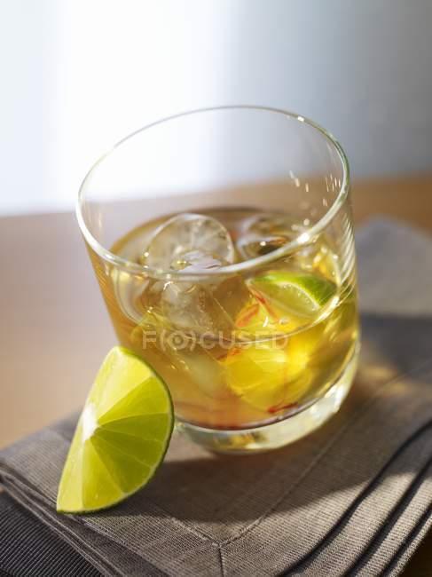 Cocktail con whisky su asciugamano — Foto stock