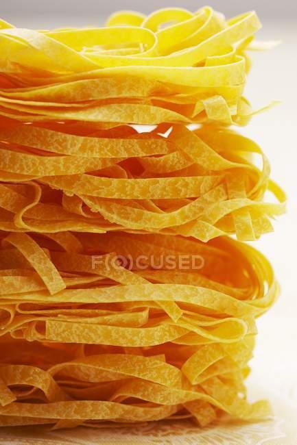 Феттучіні сирі макарони — стокове фото