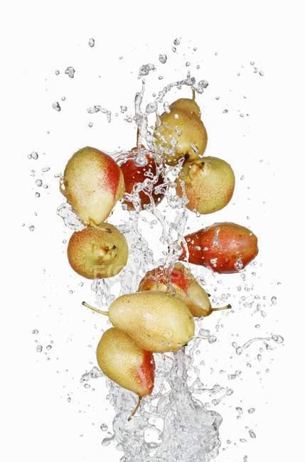 Груши с брызгами воды — стоковое фото