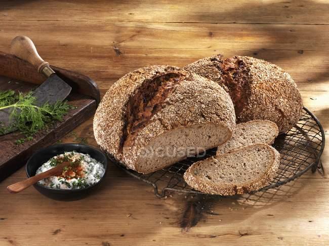 Pan integral en refrigeración rack - foto de stock