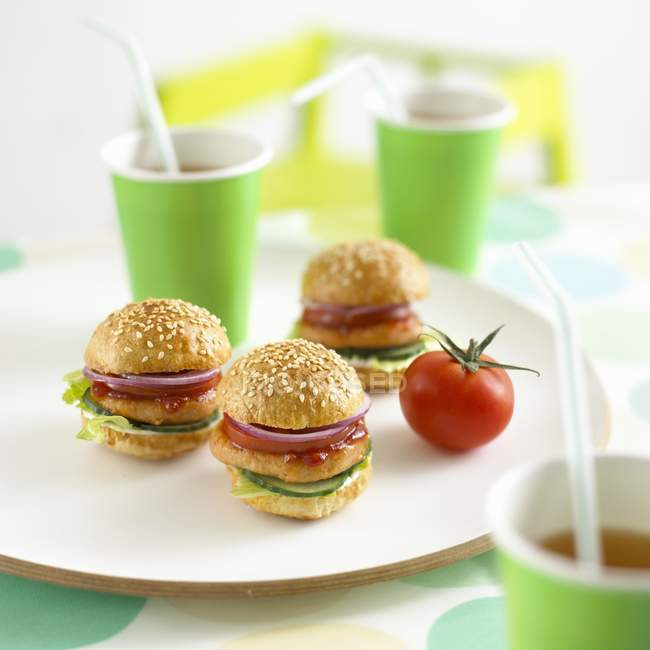 Mini chicken burgers and drinks — Stock Photo