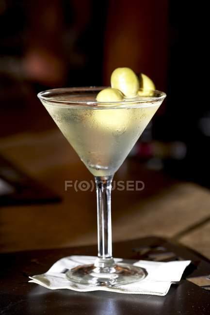 Martini con aceitunas verdes - foto de stock