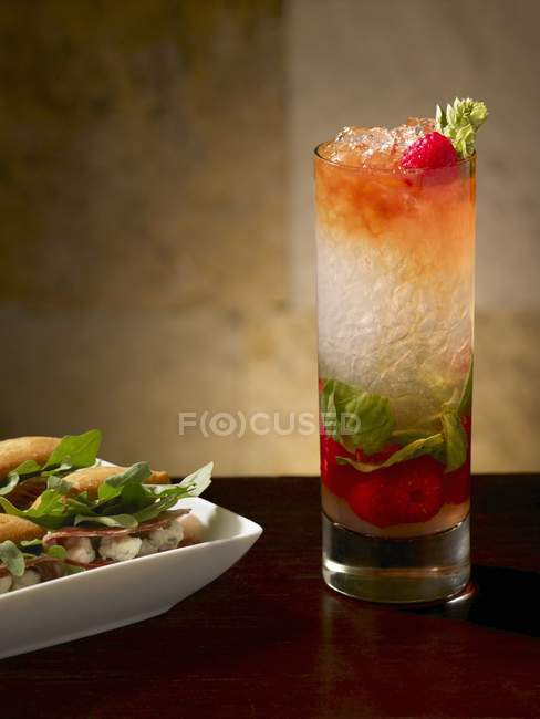 Closeup view of Verona Swizzle in a glass by dish — Stock Photo