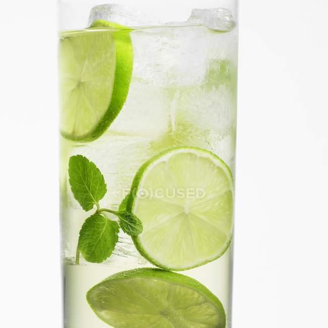 Hugo-Cocktail mit Limetten — Stockfoto