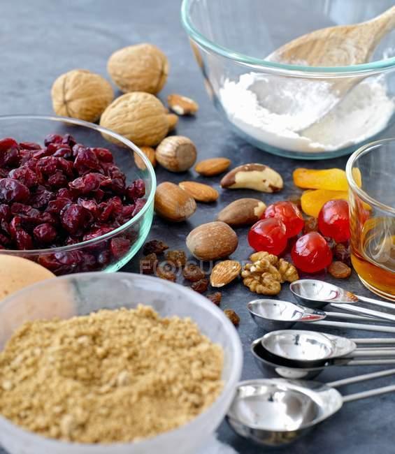 Vue rapprochée des ingrédients pour gâteau aux fruits et noix — Photo de stock