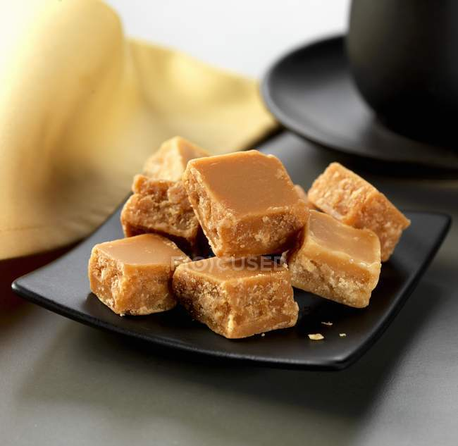 Closeup vista de maple fudge peças em chapa preta — Fotografia de Stock