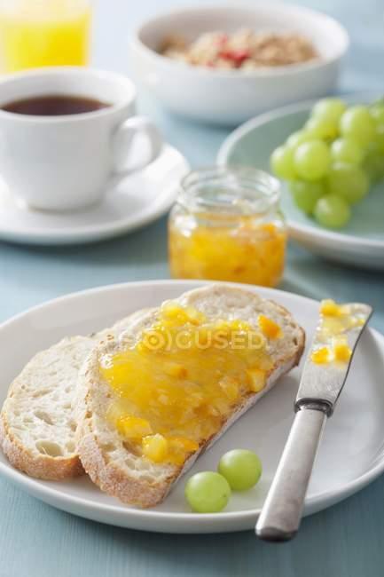 Pão branco e marmelada — Fotografia de Stock