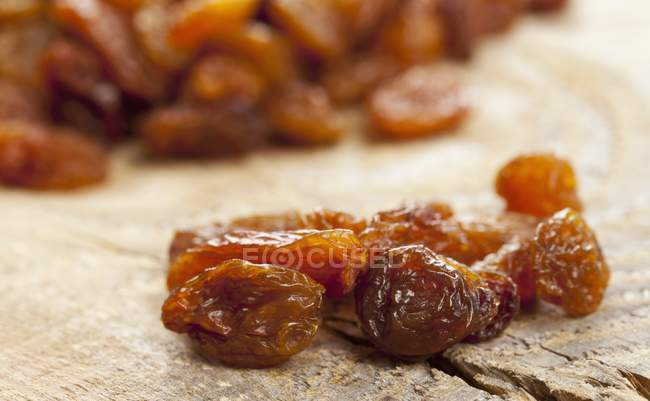 Closeup view of sultanas of wooden board — Stock Photo