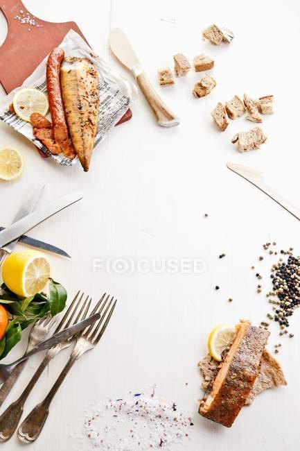Varios pescados ahumados - foto de stock