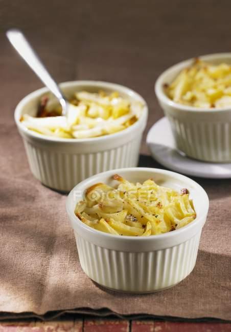 Мигоновый картофель - жареные картофельные полоски в маленьких кастрюлях — стоковое фото