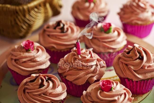 Кекси, прикрашені рожевими buttercream глазур — стокове фото