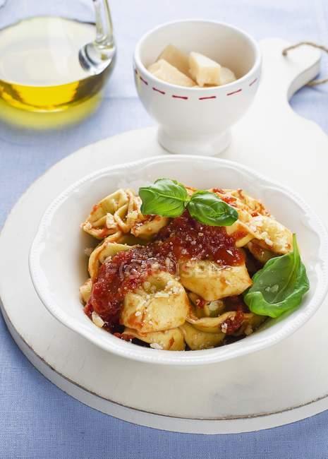 Tortellini con sugo di pomodoro — Foto stock