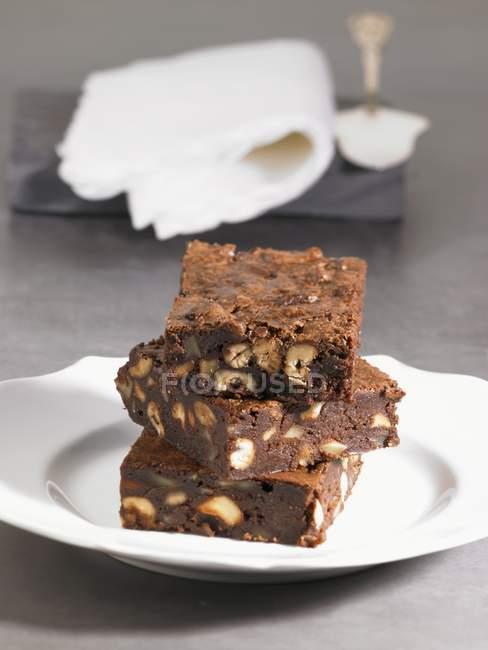 Pila di biscotti al cioccolato con le noci — Foto stock