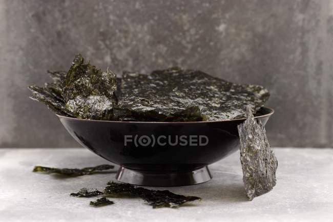 Detailansicht einer schwarzen Schale von Algen-chips — Stockfoto