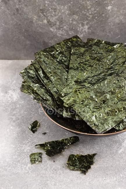 Detailansicht der Algen-chips in eine Schüssel geben — Stockfoto