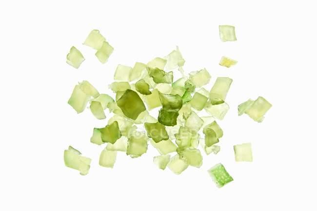 Kandierte grüne Zitronenschalen auf weißem Hintergrund — Stockfoto