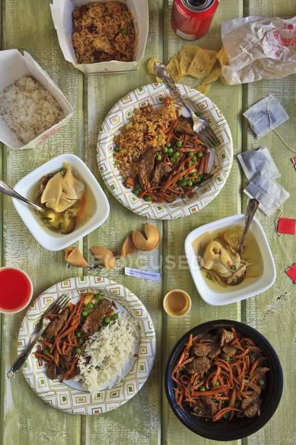 Vista superior de comida para llevar China extendió sobre una mesa - foto de stock