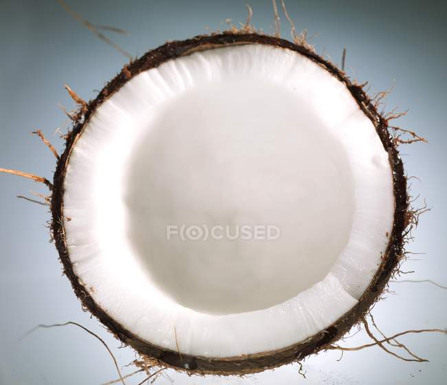 Половина из свежего кокоса — стоковое фото
