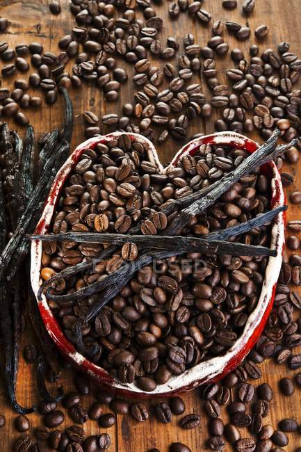 Granos de café con vainas de vainilla - foto de stock