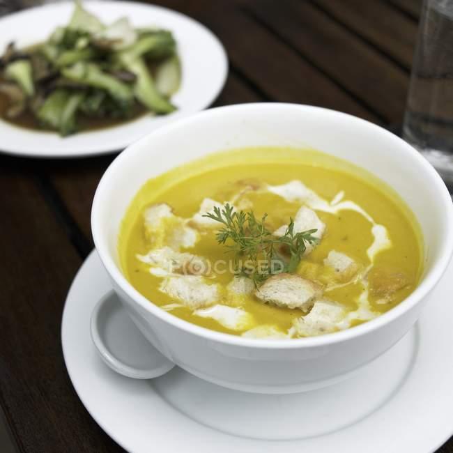 Detailansicht des gelben ThaiCurry-Suppe in eine Schüssel geben — Stockfoto