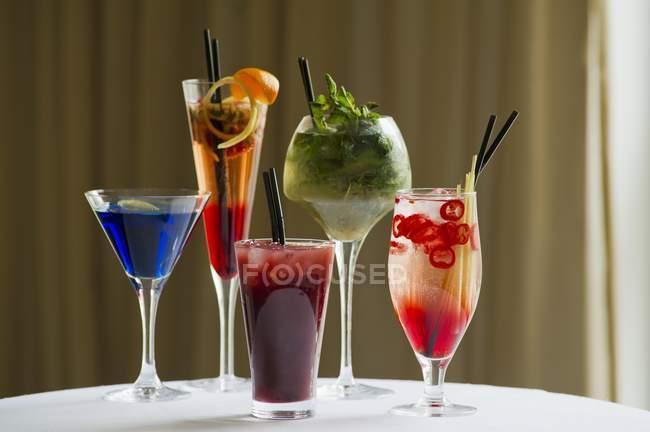Varios cócteles en gafas - foto de stock