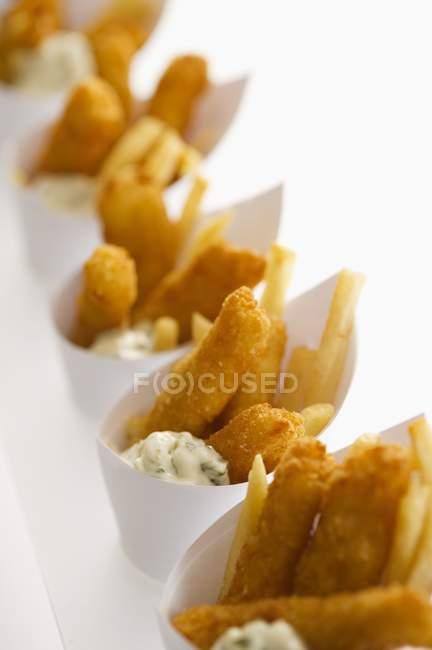 Рыба и чипсы в бумаги конусы — стоковое фото