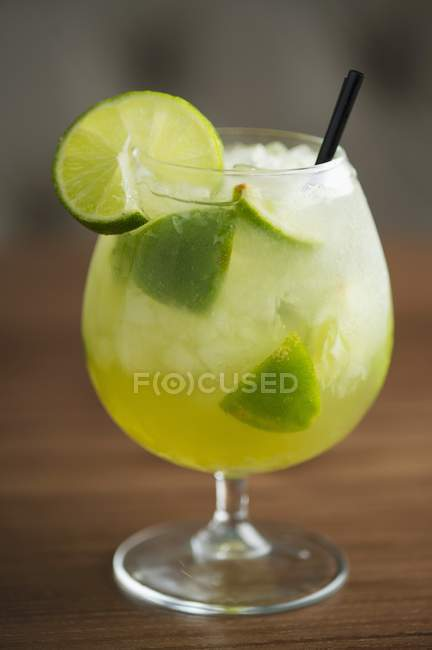 Cocktail auf Holzoberfläche — Stockfoto