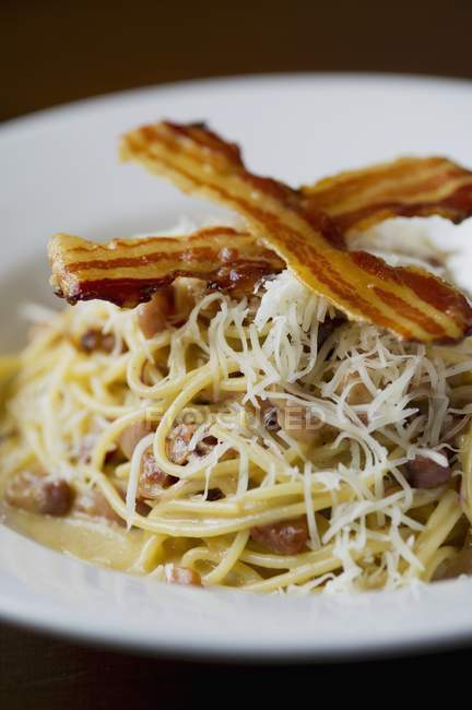 Spaghettis carbonara avec bacon — Photo de stock