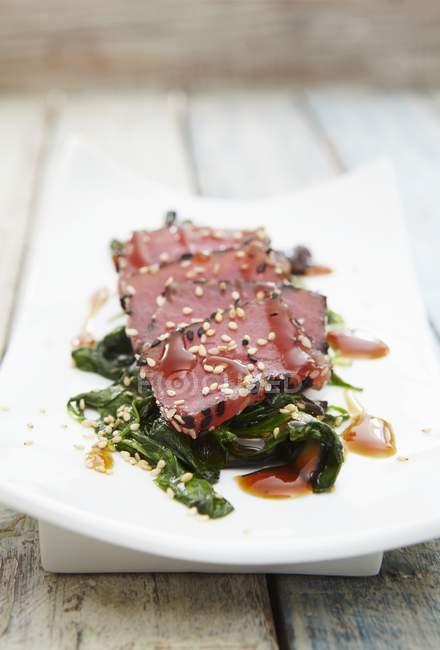 Detailansicht der Thunfisch Sashimi mit Sesam auf Algen — Stockfoto