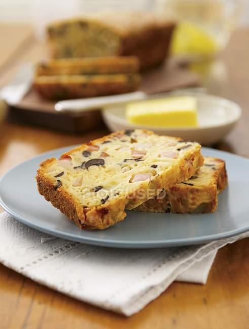 Torta di oliva sul piatto e sul tavolo — Foto stock