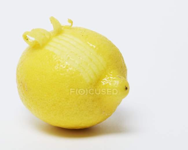 Frische Zitrone mit Curling-Schale — Stockfoto