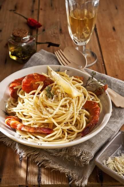 Spaghetti with smoked prawns — Stock Photo