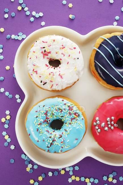 Vier Donuts mit Glasur — Stockfoto